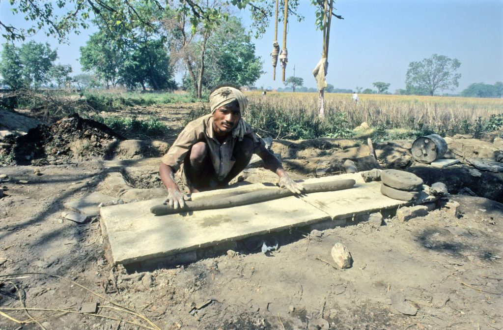 przygotowywanie ziemi do produkcji mitti attar